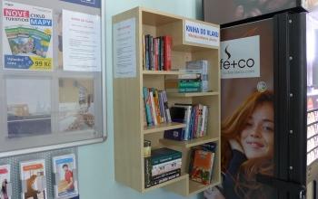 Kniha do vlaku - knihovnička na letovickém nádraží
